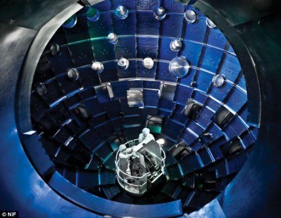 国家点火设施由美国能源部的国家核安全委员会创建,拥有一个130公吨的靶室。靶室内的温度超过1亿度,所产生的压力是地球大气压的1000亿倍。