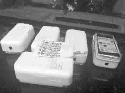 老张捡到的纸箱里,放着多部全新苹果手机