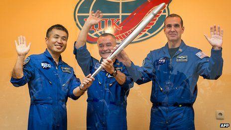 """本周四,一个由三名宇航员组成的乘员组携带火炬,搭乘""""联盟号""""运载火箭抵达国际空间站"""