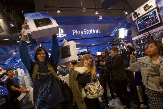 图为:PS4首日销量不俗