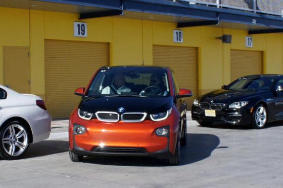 宝马i3电动车具备真正的自动泊车功能,全面接管方向盘、油门和刹车