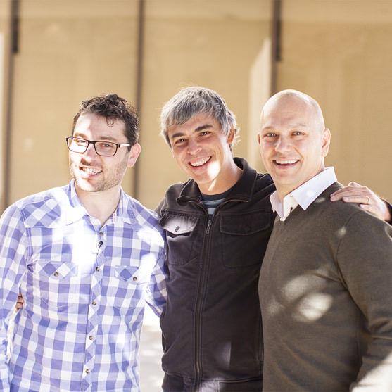 谷歌CEO拉里・佩奇(中)和Nest联合创始人托尼・法德尔(右)、马特・罗杰斯(左)
