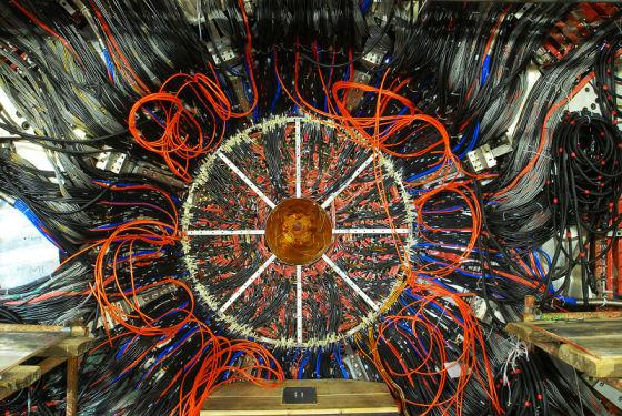 发现4夸克粒子Zc(3900)的北京正负电子对撞机BESIII实验设备
