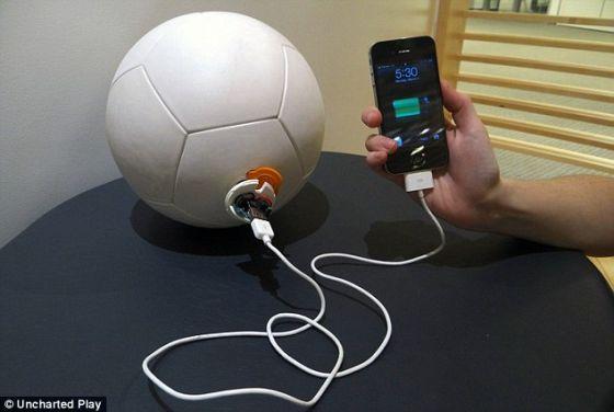 这种足球的内置USB端口还能用来把手机等其他电子产品与之连接在一起。踢球半小时可以提供3小时的电能