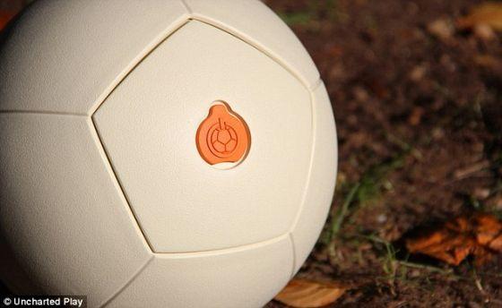这种球是用泡沫和皮革制成的,因此不用充气。该球还非常结实耐用,踢球并不会损坏它的内部结构。Uncharted Play已经在南非、墨西哥和巴西的一些贫穷社区测试了这种发电足球,并称这项技术是拥有基本电网的贫穷地区的理想之选
