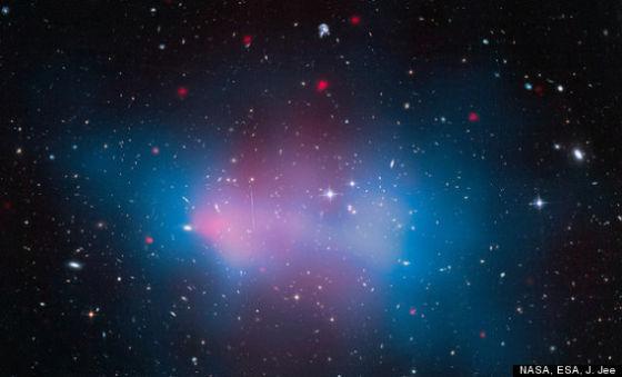 """""""大胖子""""星系团的编号为ACT-CL J0102-4915,包含了数百个的星系。根据哈勃太空望远镜的最新观测结果,该星团的质量可能与3千万亿颗太阳相当,约为银河系质量的3000倍"""