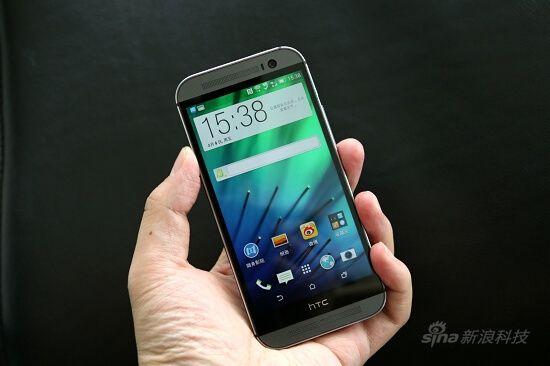 新浪手机讯 4月11日下午消息,今天HTC联合中国移动在北京发布了移动4G版的HTC One M8,该机采用了一体化的全金属机身,处理器主频高达2.5GHz,支持TD-LTE 4G网络。   HTC One M8延续了前代One的外观设计,同样是全金属外形,不过在手感方面有了进一步提升,并且这次HTC One M8侧边也是金属。该机有前置500万像素的广角镜头摄像头,背部配备了UltraPixel超像素摄像头,并且可通过背部的双摄像头实现先拍照后对焦功能,同时还可拍摄3D照片。   硬件配置方面,