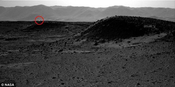 """""""好奇""""号火星车拍摄的这张照片显示,在较远处可以看到一个起源不明的光点"""