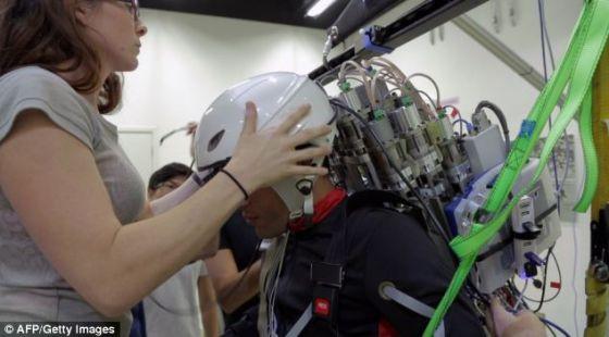 在设计上,这款外骨骼由植入头皮或者脑内的电极探测到的大脑活动控制。这些信号将通过无线方式传输给佩戴者身上的一台电脑,电脑负责将信号转化成具体的动作
