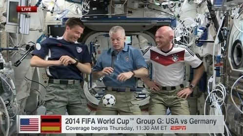 宇航员国际空间站观看美德大战 互相打赌