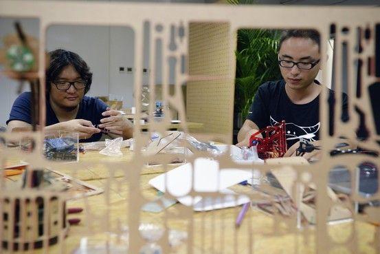 在北京中关村一间名为创客空间的电子产品实验室里,摆放着好几台3D打印机、激光切割机和各种电路板。