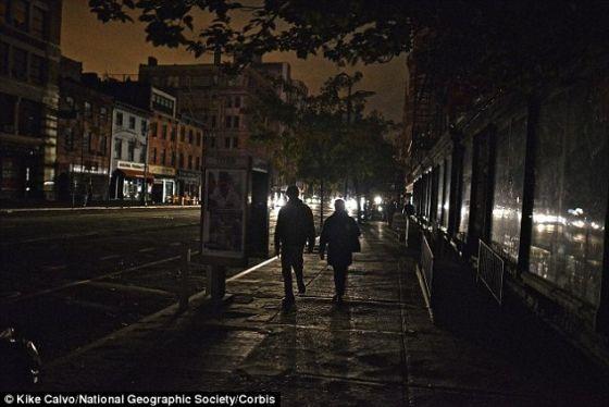 """这家公司的网站说:""""iViTi On的自动转换只有一个目的,就是确保用户在停电时不会摸黑。""""照片展示了2012年10月31日桑迪飓风造成停电时纽约居民的状况。"""