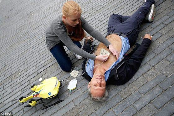 """医护人员等操作人员可以借助与控制室相连的机载摄像头与现场人员进行交谈,指导他们进行施救。莫蒙特希望他研制的无人机能够成为一个""""飞行的医疗用具箱"""",为被困火海的人送去氧气罩,为糖尿病患者送去胰岛素。"""
