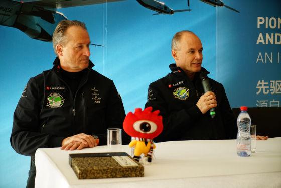 阳光动力项目发起人、主席兼飞行员波特兰•皮卡尔(右)与首席执行官、联合创始人兼飞行员安德里•波许博格(左)在发布会上回答媒体提问