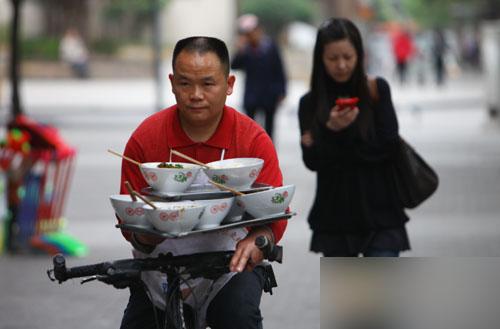 快递小哥改行送外卖无人派件 申通上海多个站点爆仓