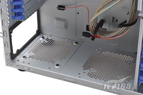 配备理线夹设计   对于高端玩家来说,机箱内的布线必须要整齐,一般的布线整理必备工具是魔术扎带或者普通扎带,但是索普达X5精英战舰内部自带理线夹功能,用户要整理的时候只要把线材都放在理线夹里,过程轻松方便,而且这种理线夹较为耐用,比那些一次性扎带环保多了。