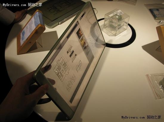 --> 消费电子产品使用的显示屏在分辨率、色彩质量、抗强光等特性比拼进入白热化之后,下一代的柔性显示屏和透明显示屏已经摆上了各个厂商的开发计划,惠普就是其中一家,目前他们已经开始着手制作一些原型机。   有网友在惠普重庆工厂的体验中心中发现了惠普多款概念产品设计,包括平板机、笔记本、搜客户机、数字钱包、数字手表等等,这些原型机均采用了透明屏幕设计。   其平板机将采用全透明的触摸屏设计,这与之前出现的全透明概念手机有点类似。另外一款笔记本原型机同样采用了全透明屏幕设计,而键盘则是非常有特色的全触摸式按键