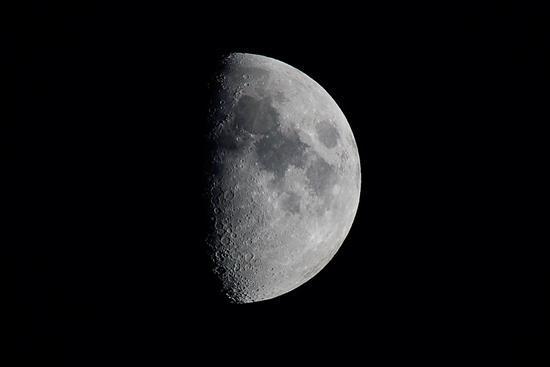 上弦月:农历每月初七,初八,右侧的50%可见(可见时段:中午之后到子夜之图片