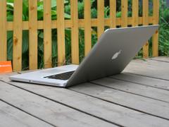 苹果 MacBook Pro 最大开合角度图