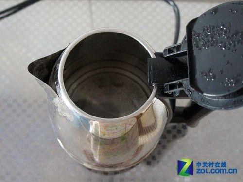 家电 > 正文    使用水垢清洗精清洁电水壶的步骤,同样也是先倒少量