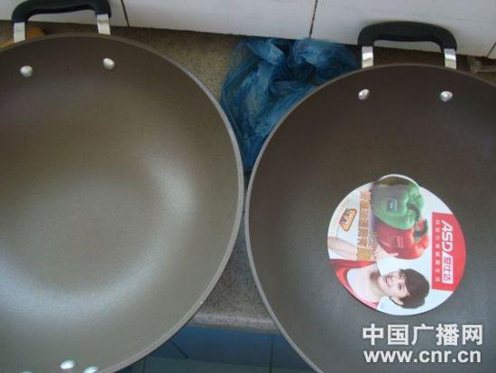 超市购买(左)和京东购买(右)炒锅对比照