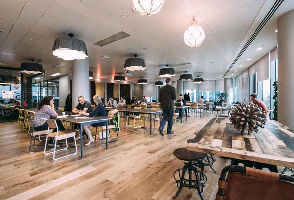 美国的Wework,利用现时的折扣优惠价格租下整层写字楼,再拆分成独立的办公空间,出租给创业公司。