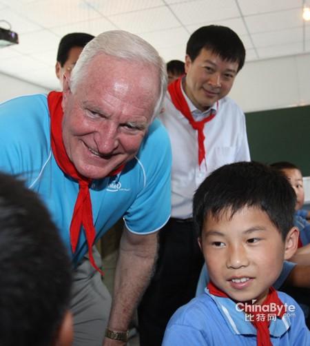英特尔贝瑞特博士今日访问四川受灾学校