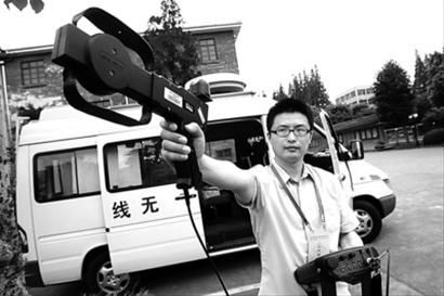 昨日,上海无线电管理局的检测车辆来到松江二中考场附近进行无线电信号检测。 晨报记者 殷立勤 现场图片