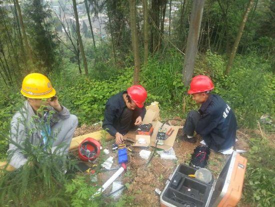 中国移动抢险人员在雅安荥经县龙苍沟乡快乐村紧急抢险