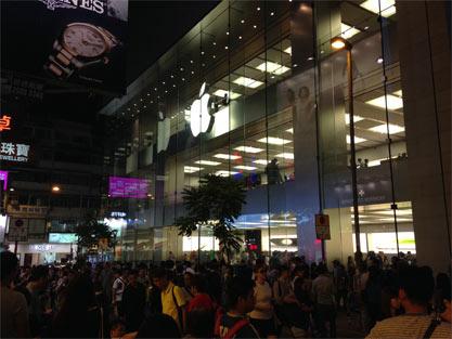 香港苹果店前黄牛排队景象