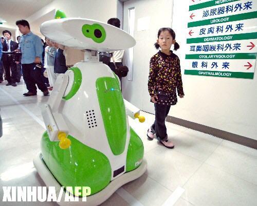 组图:日本医院首次引进机器人员工