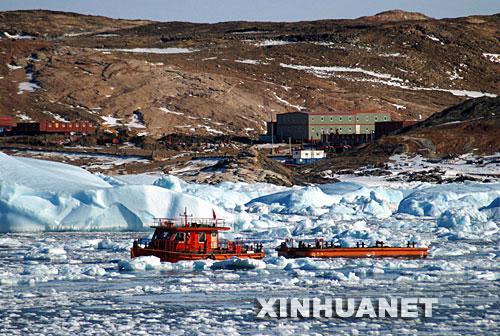 图文:雪龙号在南极中山站进行卸货作业