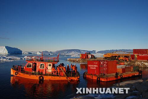 图文:雪龙号在南极中山站进行卸货作业(2)