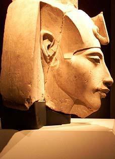 埃赫那顿法老王雕像显示其头部畸形-美研究称3300年前埃及男法老长图片