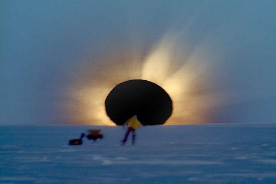 美公布罕见南极日食照片:地平线上的黑太阳