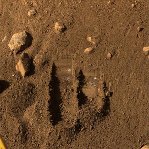 凤凰号机械臂在火星表面留下挖痕(图)