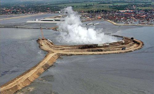 科学家揭开印尼泥火山喷发原因(组图)