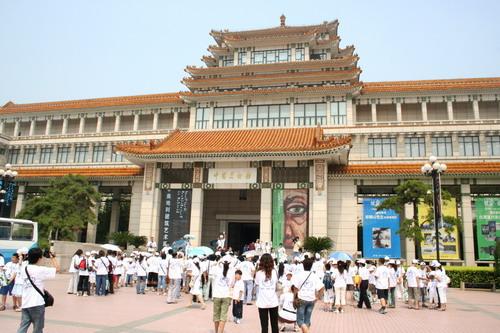 图为:参观中国美术馆