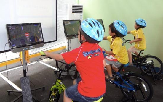 图为:首批奥运小公民在公路自行车赛场体验