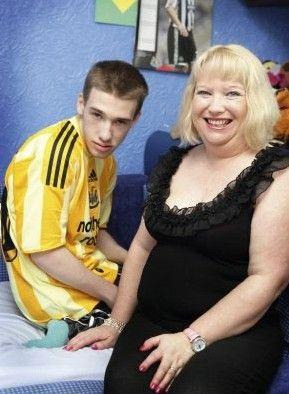 莎伦・贝纳唯一活下来的儿子爱德华患有一种被称为亚急性坏死性脑脊髓病的线粒体疾病