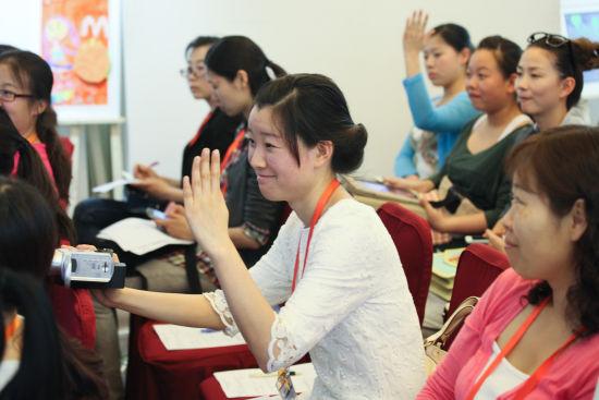 讲座现场,韩国专家通过与台下的园长家长们互动,让课堂变得生动有趣。