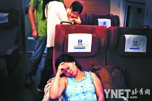 小珊(化名)母女在开往湖北的列车上摄影/本报记者 黄亮