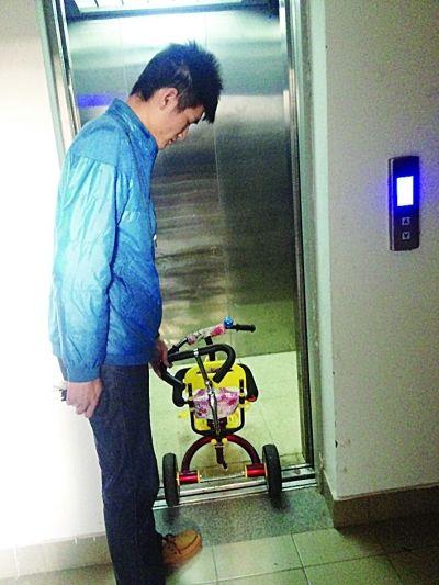出事时,孩子乘坐的小推车