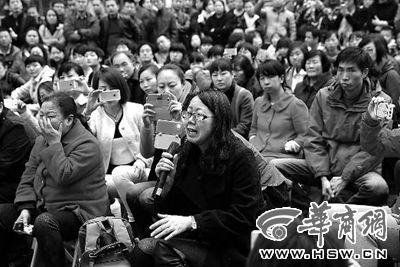 昨日,枫韵幼儿园,一名家长在沟通会上哭诉孩子服药后腿痛不想上学,自己时常责怪孩子娇气,找借口偷懒 本报记者 邓小卫摄