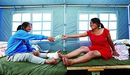 怀孕7个月的艾福玲(右)和李朝惠在救灾帐篷内