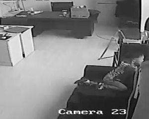 视频截图:孩子被关到办公室里,一直在哭,随后就翻窗了