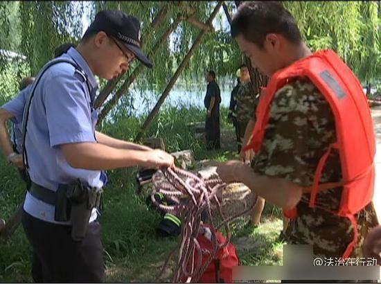 长安分局警察极力对男子进行劝说但无济于事,孩子命在旦夕