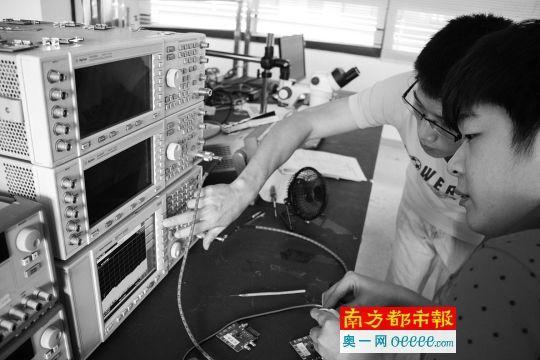 ←步骤4:分别观察手表待机与发射信号时频谱仪上的读数。