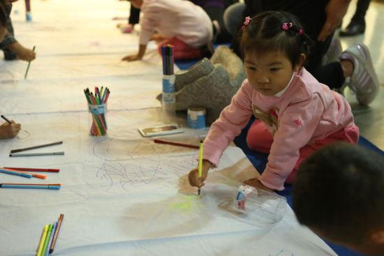 可爱的孩子在涂鸦