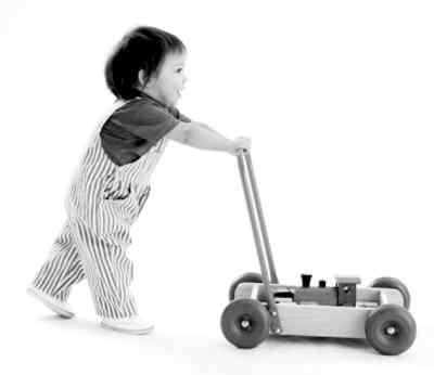 宝宝学走路婴儿推车很管用